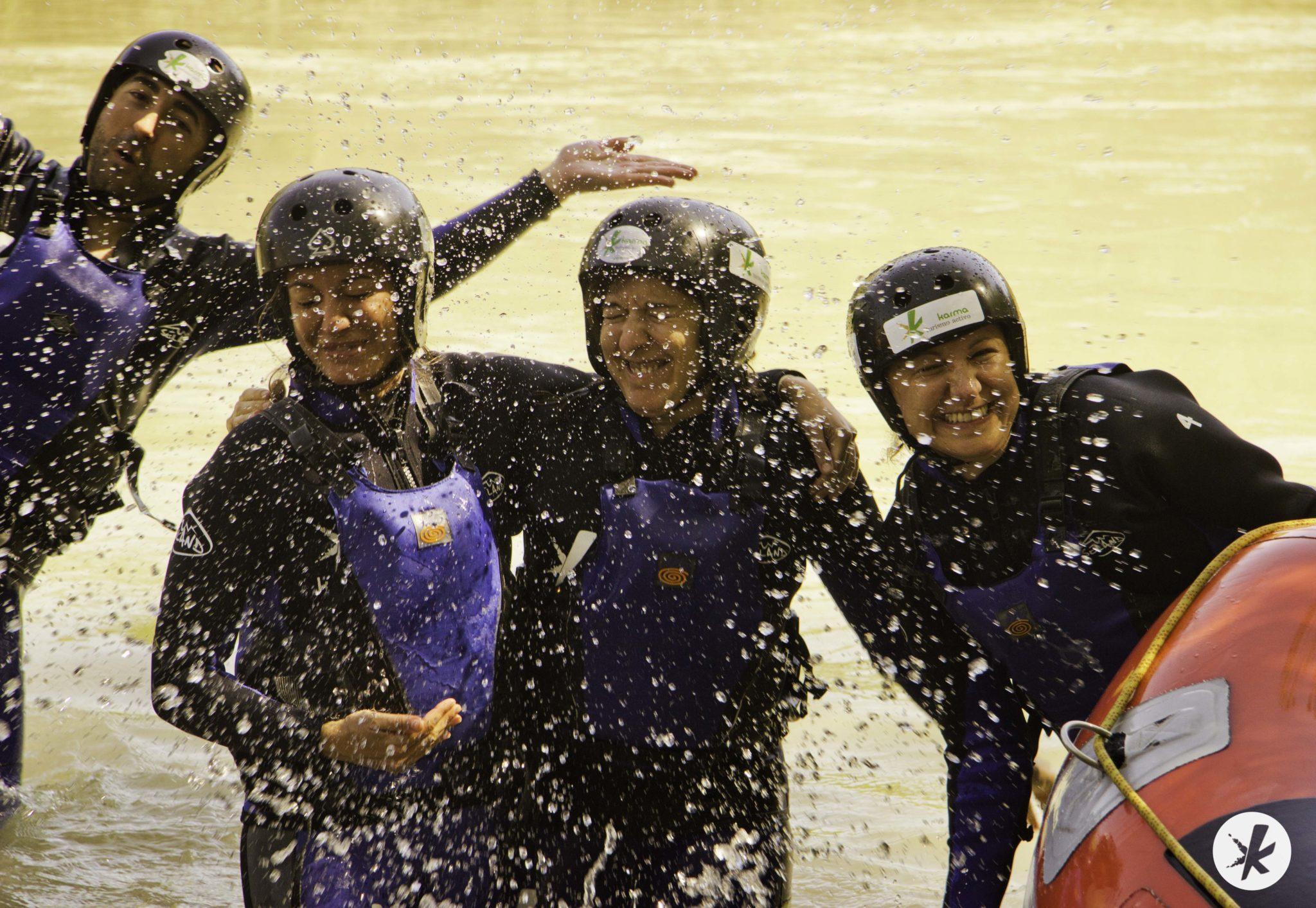 diversión y felicidad haciendo rafting en córdoba