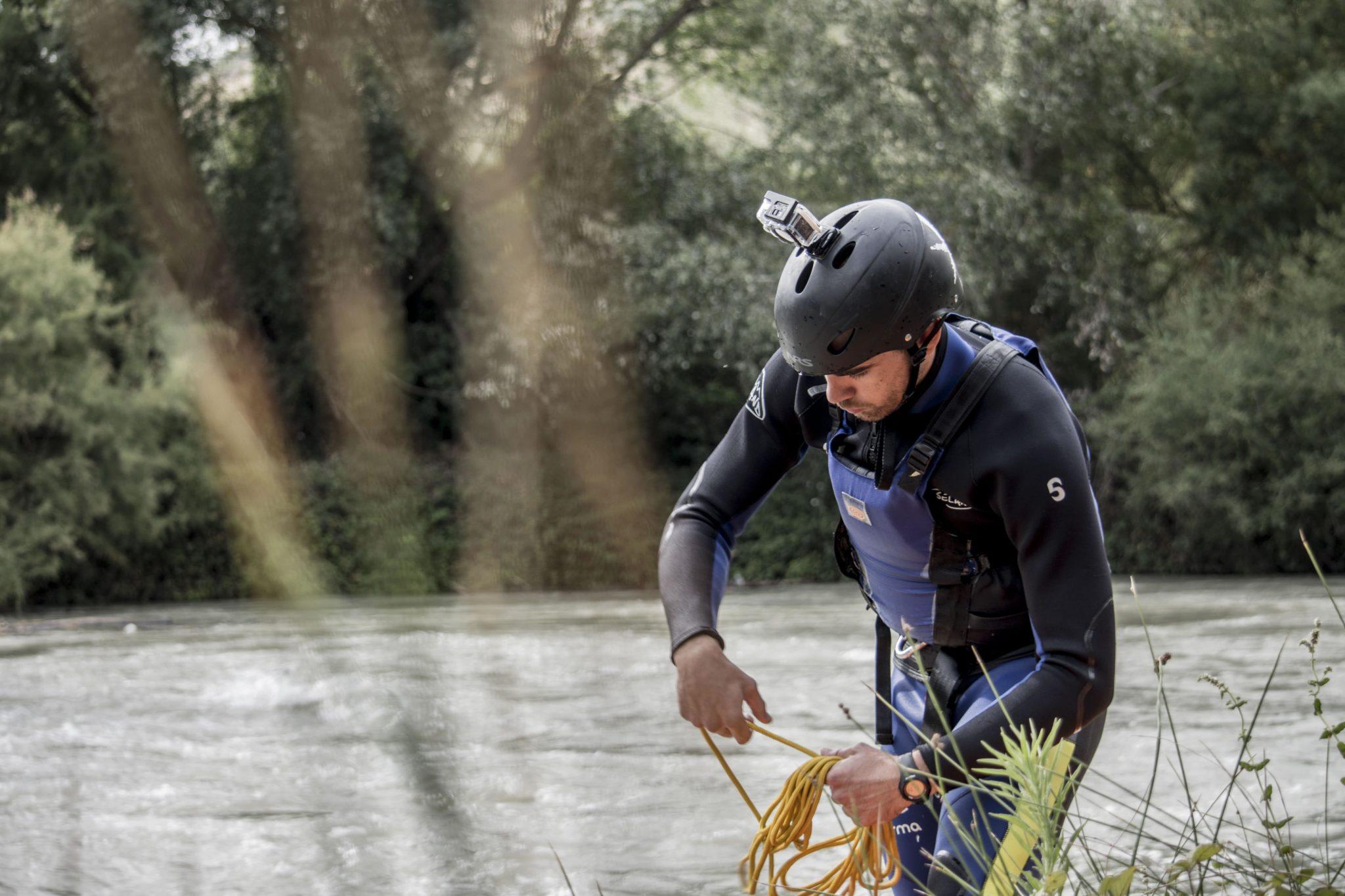 Persona realizando el curso de guía de rafting con certificación IRF