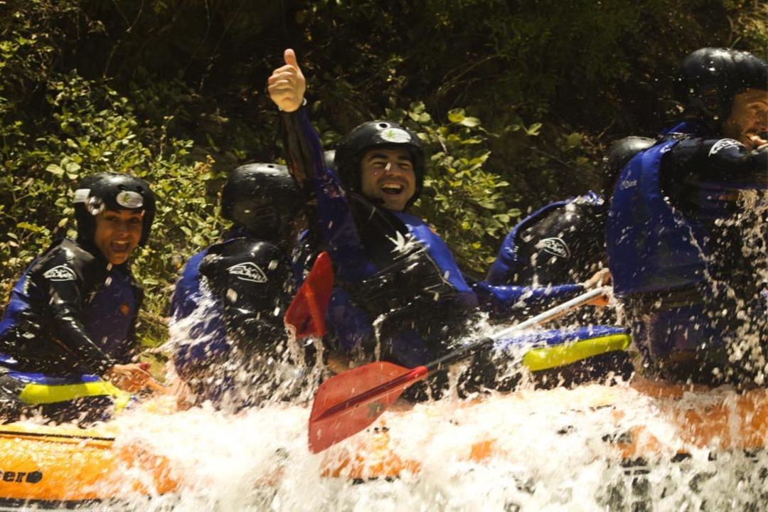 persona disfrutando de una actividad de rafting