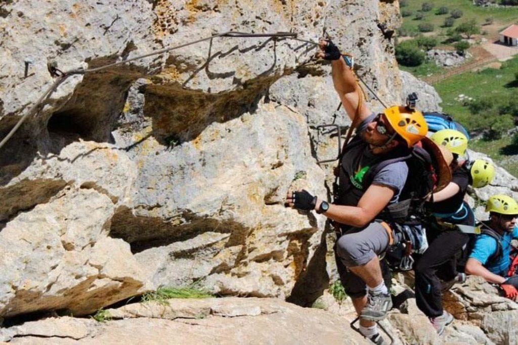 persona realizando una increible via ferrata en malaga