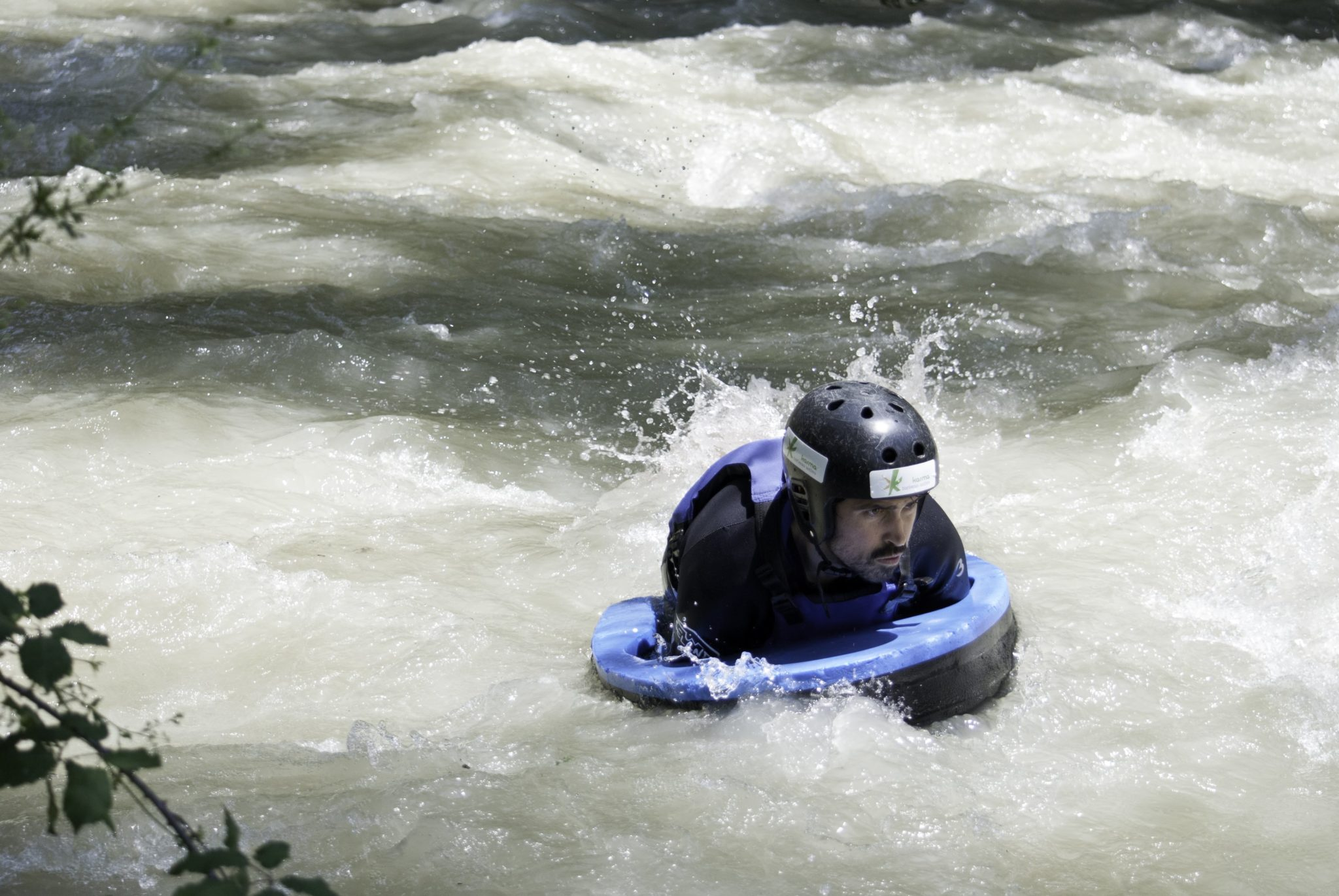persona realizando hidrospeed