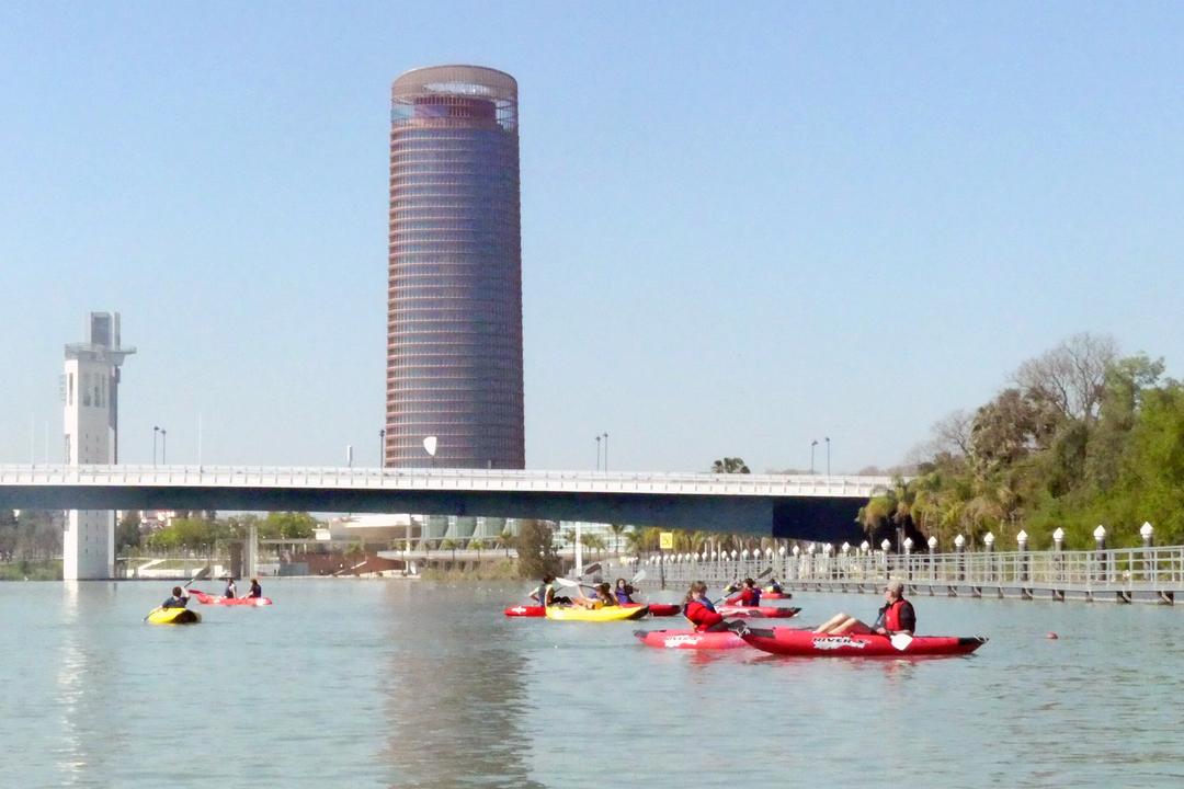 Actividad de kayak por el río Guadalquivir en Sevilla
