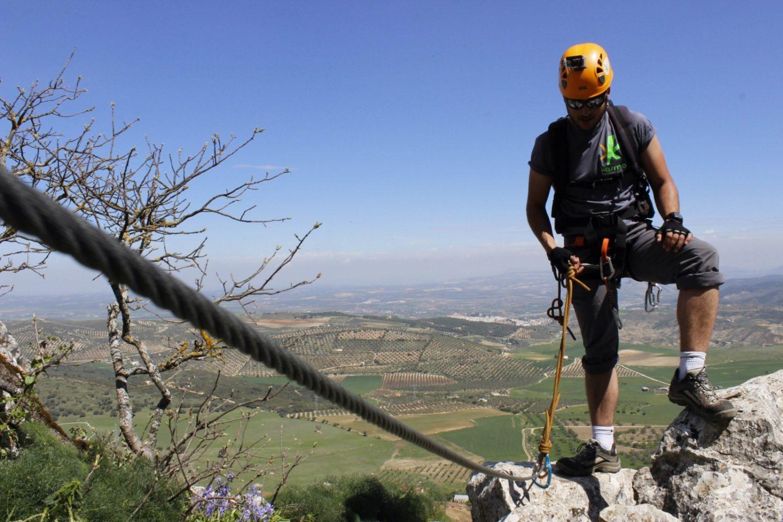persona haciendo la vía ferrata de Archidona con in increíble paisaje detrás