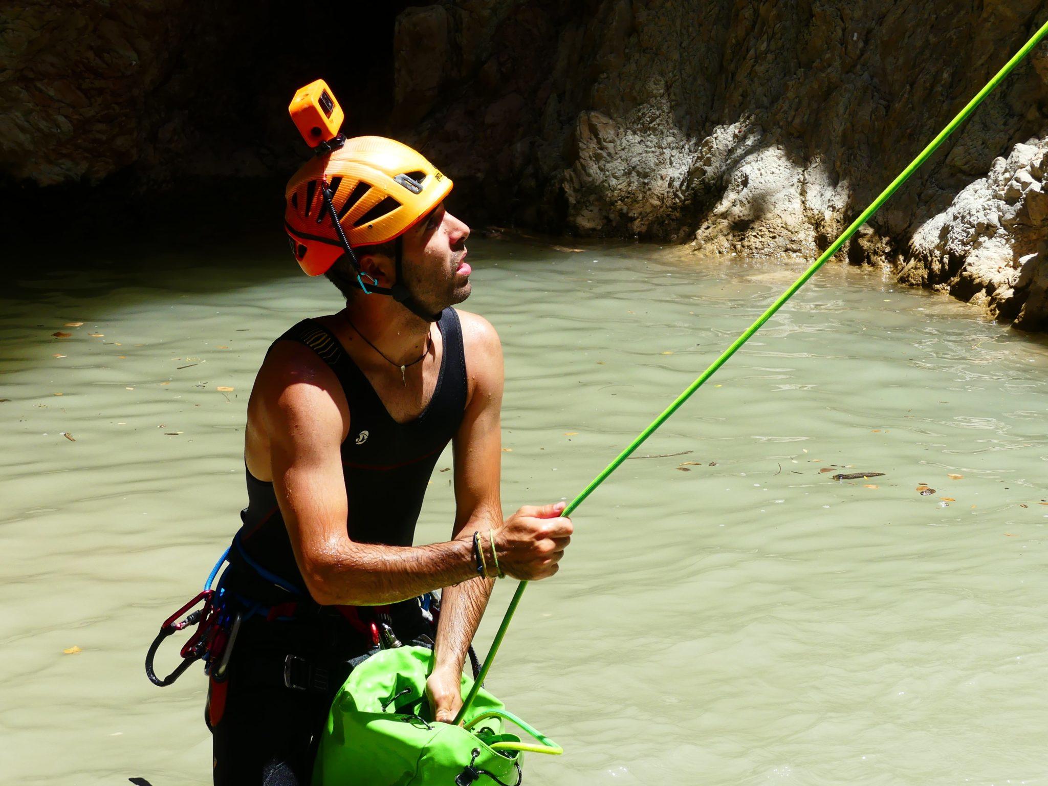 guía de actividades al aire libre velando por la seguridad de los participantes