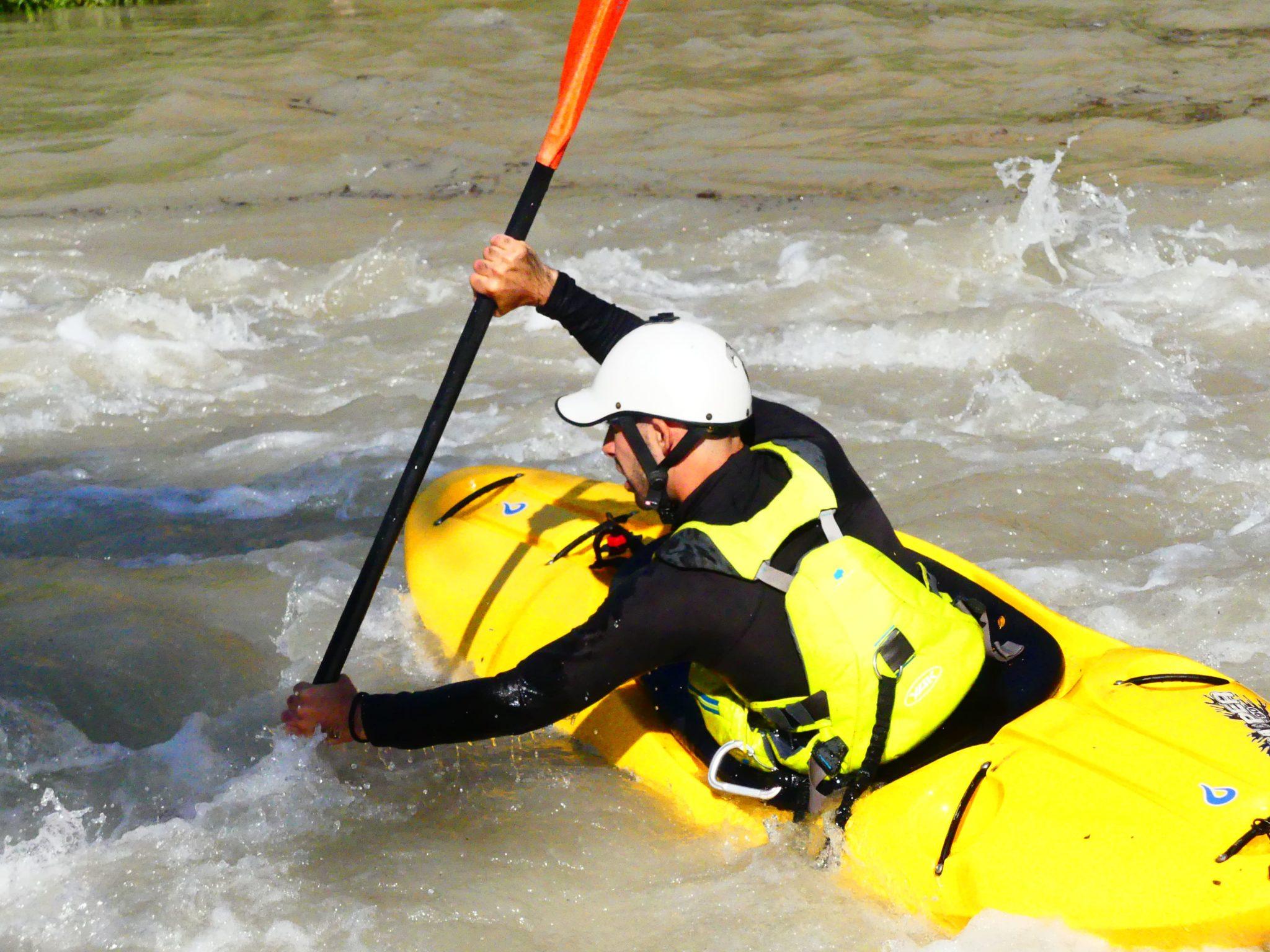 kayak de seguridad vigilando la actividad al aire libre