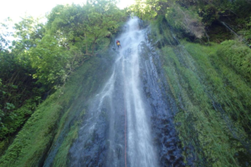 Hombre desciende la cascada